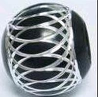 Zwart met zilver ingegraveerd Aluminium kraal rond.