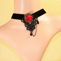 Zwart velours met rode roos en zwarte druppel