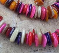 Plakjes schelp gekleurde kralen