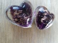 Paarse kraal met goud zand hart