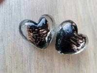 Zwarte kraal met goud zand hart